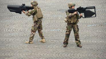 Mais que sont ces imposantes armes tenues par des militaires lors du défilé du 14 juillet?