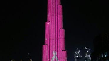 La plus haute tour du monde, la Burj Khalifa de Dubaï (828 mètres), illuminée en rose à l'occasion de la campagne annuelle mondiale pour le dépistage du cancer du sein, le 13 octobre 2016