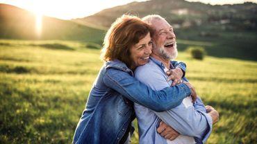 Dans un couple vieillissant, les critiques négatives laissent place à l'humour.