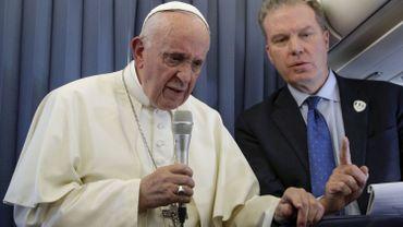 Le pape François (gauche) et son ancien porte-parole, l'Américain Greg Burke (droite)
