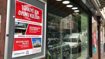 Sur une vitrine de Schaerbeek, les lieux, dates et heures du vote pour les Turcs de Belgique.