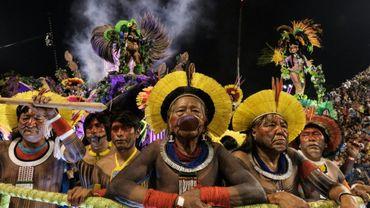 Le chef Raoni, leader de l'ethnie Kayapo et figure légendaire de la résistance des peuples indigènes du Brésil, avec les siens lors du carnaval de Rio le 27 février 2017