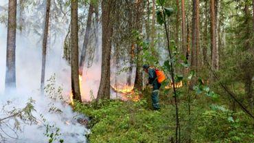 Un pompier russe face à un des nombreux feux de forêts que connaît la Sibérie, ici près de la ville de Iougorsk, le 15 juillet 2020.