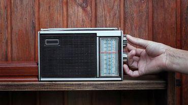 """""""Sans ce poste de radio, on n'aurait pas survécu. La radio nous a permis de sortir à l'extérieur, mentalement."""" - Chantal"""