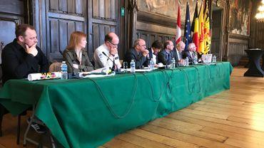 Marc Garin (3ème à partir de la gauche), Chef de Corps de la Zone de Police Mons-Quévy, Achille Sakas (PS), l'échevin des Fêtes (4ème à partir de la gauche) et Elio Di Rupo (PS), le bourgmestre (cinquième à partir de la gauche) lors de la présentation du Doudou 2018.