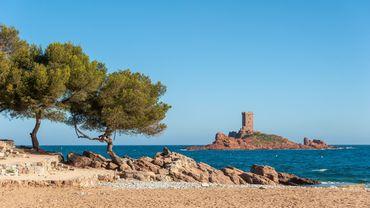 Sur la plage du débarquement au Dramont, à Saint Raphaël, pour pique-niquer à l'abri des regards