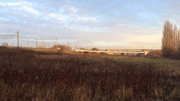 Le terrain de la future grande prison de Haren, entre le Ring et le chemin de fer, à 2 km de l'aéroport.