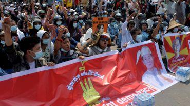 De nombreux Birmans se sont mis en grève pour participer aux manifestations contre la junte militaire. Face à la perturbation de la production, le géant de l'habillement H&M a suspendu ses commandes dans le pays.