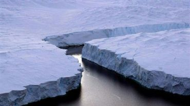 Un énorme iceberg (D) se détache de la côte Knox dans le Territoire Antarctique australien le 11 janvier 2008