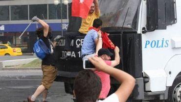 Manifestants à l'assaut d'un canon à eau de la police le 16 juin 2013 à Ankara