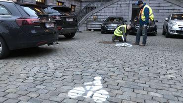 Jusque dans la cour d'honneur de l'hôtel de ville, des militants tracent une piste cyclable