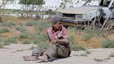 Un jeune syrien après les bombardement dans une zone industrielle ) Idlib