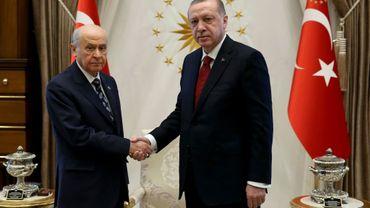 Photo diffusée par le service de presse de la présidence turque le 18 avril 2018 montrant Le président turc Recep Tayyip Erdogan avec son allié ultranationaliste Devlet Bahçeli