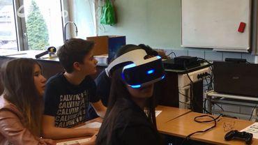 Une élève est équipée du casque et ce qu'elle voit est retransmis sur le tableau.