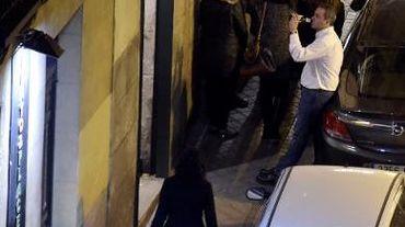 Des consommateurs bavardent devant un bar de Madrid, le 12 décembre 2014