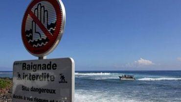 Un panneau prévient qu'il ne faut pas se baigner, au bord de la plage de Saint-Leu, à La Réunion, le 6 août 2012
