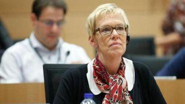"""Karine Lalieux  a pointé du doigt le gouvernement fédéral """"qui ne fait rien"""" pour accueillir les migrants en transit à Bruxelles."""