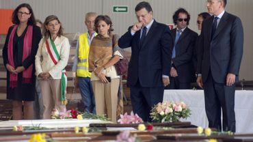 Illustration: aux côtés de José Manuel Barroso et Enrico Letta, la maire de Lampedusa porte les couleurs du pays devant des centaines de cercueils de migrants qui n'ont pu être secourus, lors du drame de Lampedusa