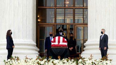 Le président américain Donald Trump et sa femme Melania se recueillent devant le cercueil de la juge progressiste de la Cour suprême Ruth Bader Ginsburg