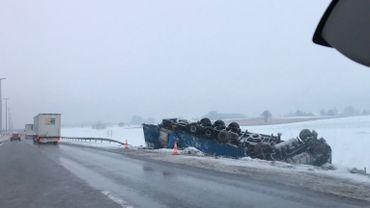 Le poids lourd a quitté la chaussée et s'est retrouvé en contrebas de l'autoroute.