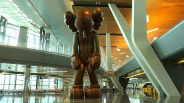 """La sculpture """"Small Lie"""" de KAWS a été dévoilée à l'aéroport Hamad du Qatar"""