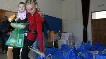 Une Chypriote vient chercher une aide alimentaire, à Nicosie le 16 décembre 2013