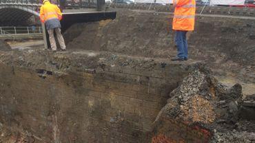 Premières découvertes des fouilles archéologiques au Grognon, côté Sambre: un mur de soutènement dont personne ne soupçonnait l'existence. A deux pas de là, les archéologues du SPW viennent de mettre au jour le mur d'une ancienne école.