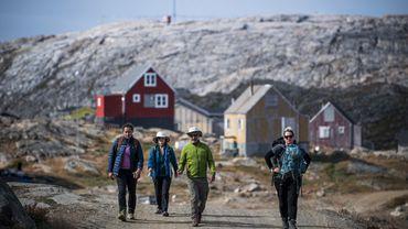 Si une grande partie des 85.000 touristes qui débarquent chaque année au Groenland privilégient la côte ouest, la côte orientale a aussi ses arguments avec ses glaciers, sa nature sauvage, ses baleines et ses ours polaires.