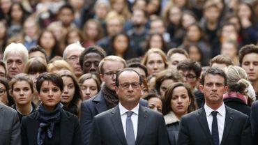 François Hollande, Manuel Valls et Najat Vallaud-Belkacem lors de la minute de silence de ce lundi matin à la Sorbonne.
