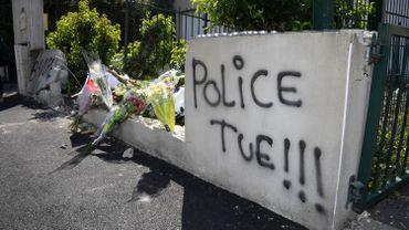 Des fleurs ont été déposées pour rendre hommage à la victime.