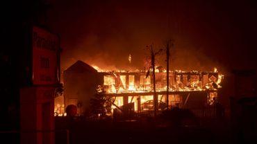 Le Paradise Inn hotel en feu, au nord de la Californie