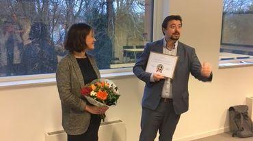 """Atrium reçoit le prix symbolique ABC, l'""""Appellation Bruxelloise Contrôlée"""", des mains de la députée bruxelloise sp.a Hannelore Goeman"""