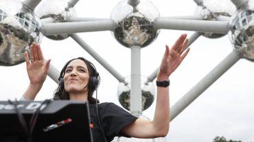 Amélie Lens devant l'Atomium