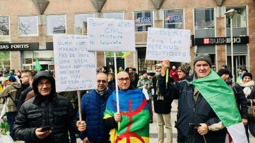 Des centaines d'Algériens manifestent contre le régime