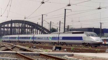 Un TGV le 24 mai 1989 sortant de la gare Montparnasse à Paris