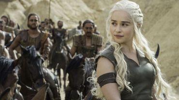 """Emilia Clarke incarne la reine guerrière Daenerys dans la série """"Game of Thrones"""""""