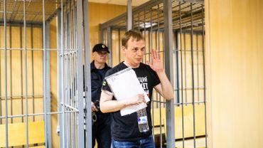 Le journaliste d'investigation russe Ivan Golunov, accusé de trafic de drogue, sort de la cage des accusés lors d'une audition dans un tribunal à Moscou le 8 Juin 2019