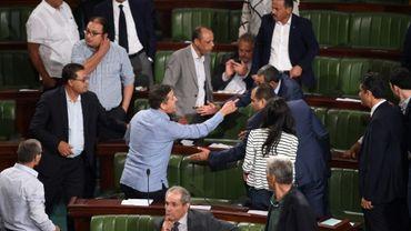 Des députés tunisiens contestent un projet de loi qui accorderait une amnistie aux fonctionnaires accusés de corruption lors d'une session au Parlement à Tunis, le 13 septembre 2017