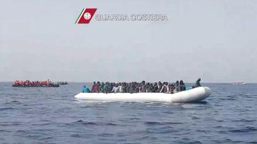 Une opération de secours menée en mai 2016 par les gardes-côtes italiens.