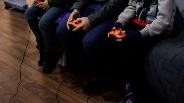 De jeunes joueurs au salon du jeu vidéo à Paris en 2017