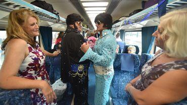 """Elvis Presley a tiré sa révérence il y a plus de 40 ans mais le """"King"""" est bien vivant dans la tête des centaines de fans réunis à la gare de Sydney pour prendre le train qui doit les acheminer à un festival dédié à leur idole."""
