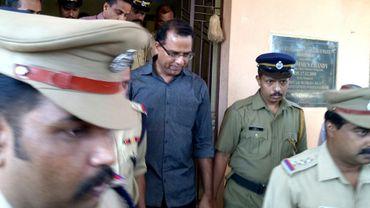 Robin Vadakkumchery escorté par des policiers après son arrestation, le 28 février 2017 à Peravoor, dans le sud de l'Inde