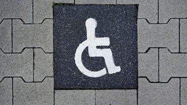 Cartes de parking pour handicapés: la chasse aux fraudeurs est ouverte dans tout le pays
