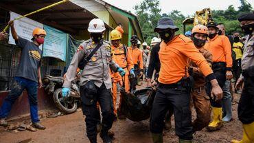 Des secours évacuent dimanche 10 janvier 2020 le corps d'une des victimes du double glissement de terrain survenu en Indonésie.