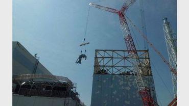Travaux de recouvrement du réacteur n°1 à la centrale nucléaire de Fukushima Daichi, le 10 août 2011 au Japon