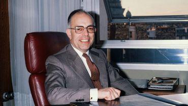 Raymond Lévy pose dans son bureau le 26 janvier 1982
