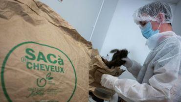 """Un sac rempli de cheveux qui vont être transformés en boudins en polymères pour contribuer à la dépollution, au siège de l'Association """"Coiffeurs justes"""", à Brignoles le 8 septembre 2020."""