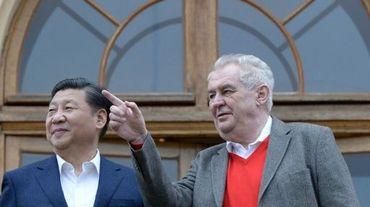 Le président chinois Xi Jinping (gauche) et son homologue tchèque Milos Zeman (droite) près de Prague, le 28 mars 2016