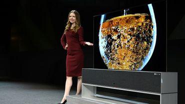 La Signature OLED TV R, un écran de télévision qui s'enroule et se déroule présenté au salon de l'électronique grand public CES à Las Vegas le 7 janvier