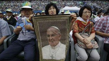 Des fidèles écoutent le pape dans le stade de Daejon, en Corée du Sud, le 15 août 2014
